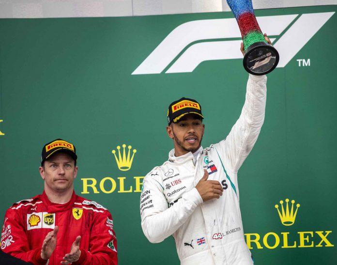 Lewis Hamilton levanta el trofeo como ganador del GP de Azerbaiyán.