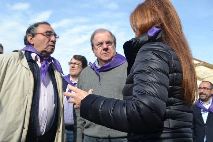 El presidente de la Junta de Castilla y León rodeado de la presidenta de las Cortes y el alcalde de Villalar.