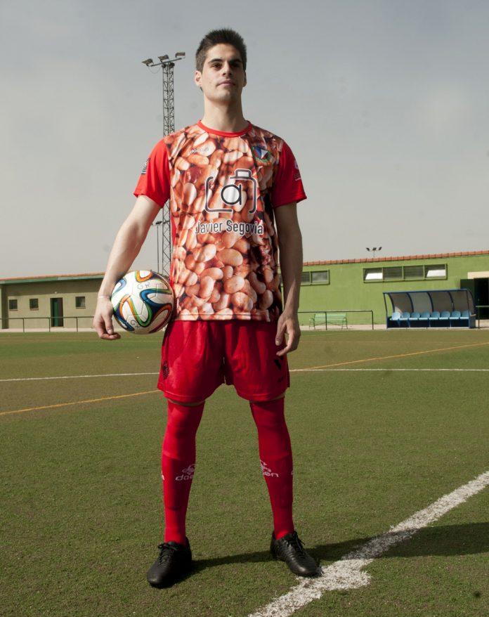 Kike Llorente es jugador del CD La Granja, con la nueva equipación.
