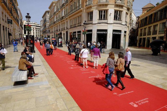 La famosa calle Larios de Málaga ya luce su alfombra roja para el festival.