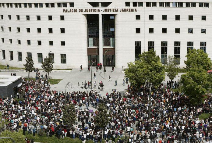 Cientos de personas se concentraron ayer frente al Palacio de Justicia de Navarra contra la sentencia de 'La manada'.