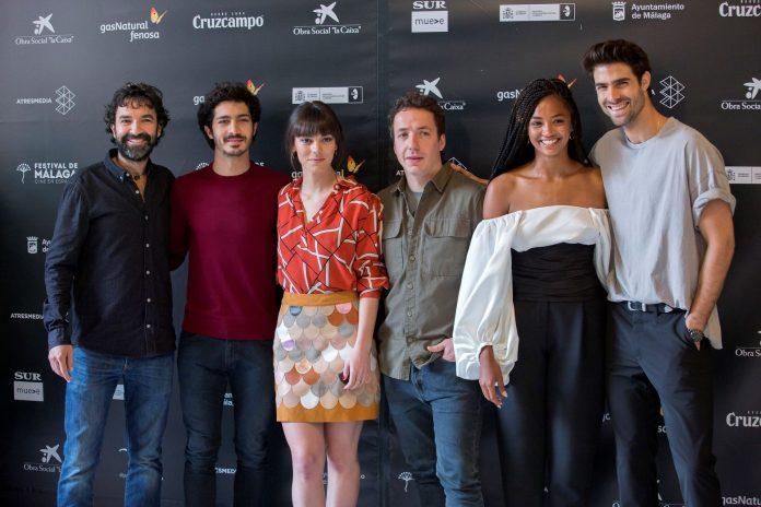 El director Mateo Gil (i) junto al elenco de la película durante la presentación en el Festival de Málaga.