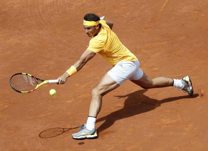 Rafael Nadal devuelve la pelota durante el partido jugado ante su compatriota Roberto Carballés Baena.