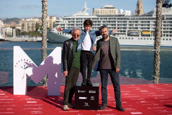 Los actores José Sacristán (i) y Sandro Ballesteros (c) posan junto al director Pau Durá antes de presentar la película.