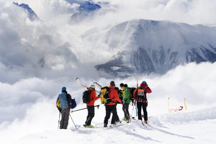 Un grupo de rescate se aproxima hacia el lugar en el que se produjo la avalancha que acabó con la vida de los esquiadores.
