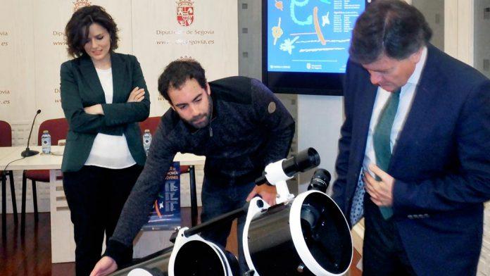 El presidente contempla un telecospio de grandes dimensiones que se utilizará en las jornadas. /el adelantado