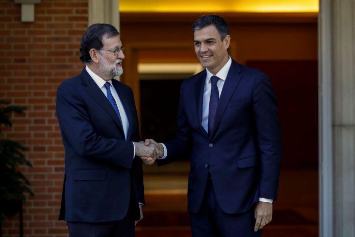 El presidente del Gobierno, Mariano Rajoy y el líder del PSOE, Pedro Sánchez, se saludan antes de la reunión.
