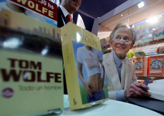 El escritor y periodista estadounidense Tom Wolfe durante una firma de libros en una feria argentina.