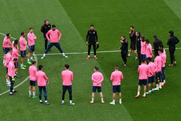 Los jugadores del Atlético de Madrid escuchan las indicaciones de Simeone sobre el césped del Parc Olympique Lyonnais, sede de la final de la Europa League.