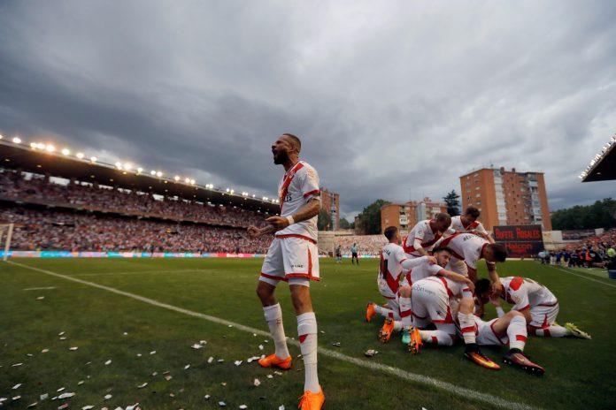 Los jugadores del Rayo celebran el gol de Álex Moreno que a la postre les daría el ascenso a Primera División.