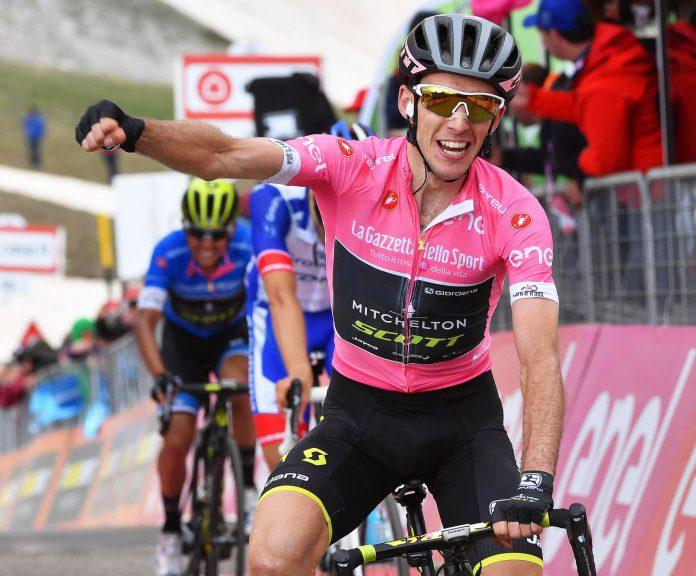 El ciclista británico del Mitchelton-Scott celebra la victoria tras el cruce de la línea de meta en la última etapa.