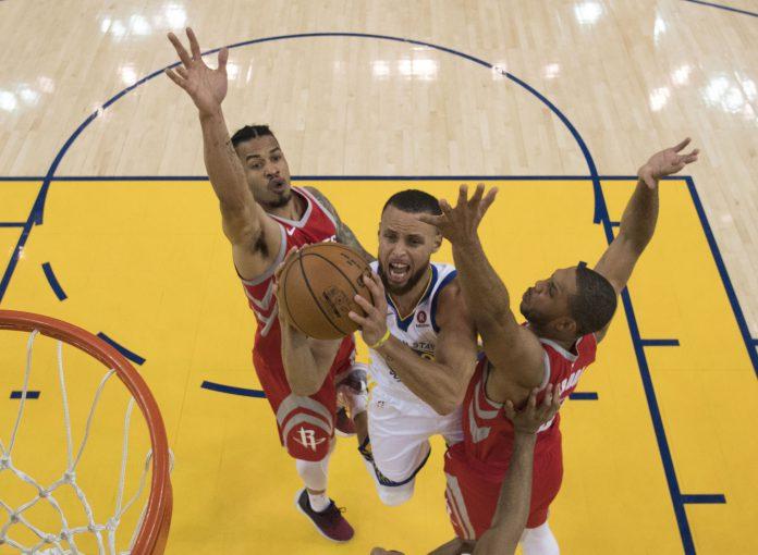 Curry entra a canasta durante un partido anterior de la final del Oeste.