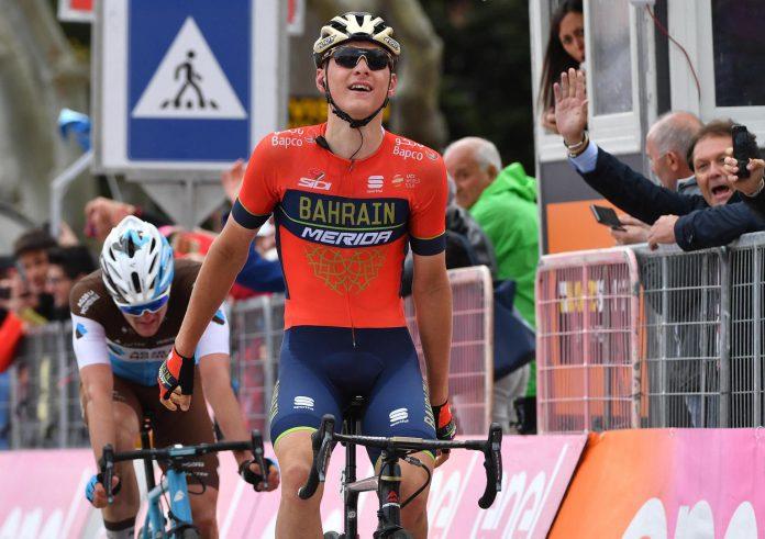 Matej Mohoric celebra su victoria en la meta de Gualdo Tadino, la etapa más larga de este Giro de Italia.