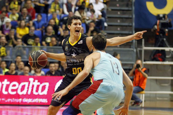 Rodrigo San Miguel, del Tenerife, protege el balón ante Thomas Heurtel.