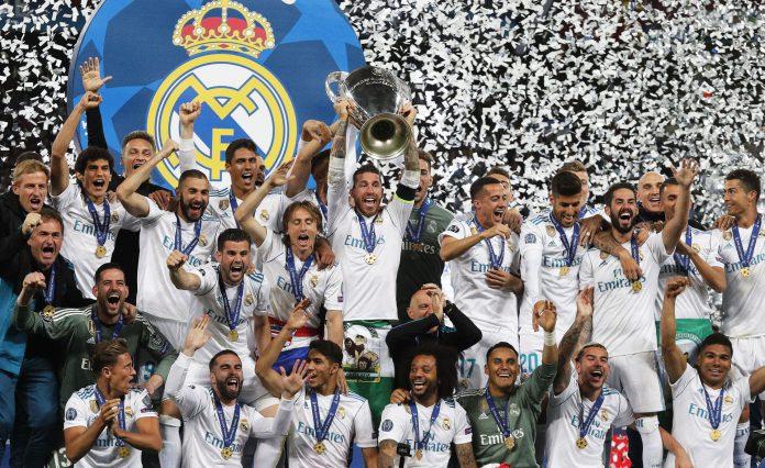Sergio Ramos levante el título de campeón de la Liga de Campeones por tercera temporada consecutiva, decimotercera en la historia del Real Madrid.