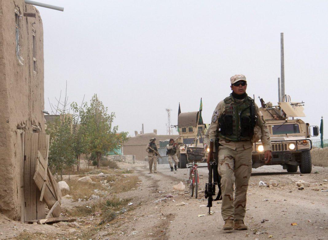 Varios complejos gubernamentales afganos han sido atacados por los talibán .