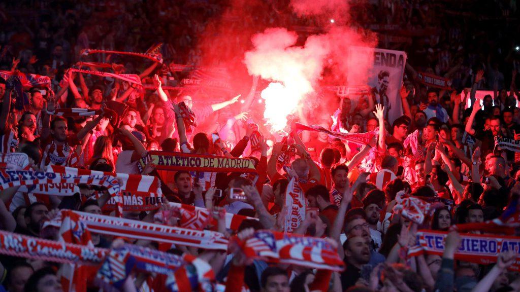 Los aficionados del Atlético de Madrid que fueron al campo celebran la victoria en la final de la Liga Europa.