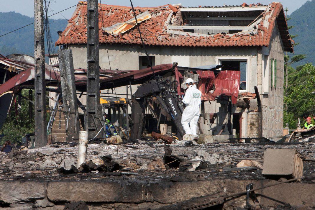 Equipos de desactivación de explosivos y desescombro trabajando en una parroquia de Tui.