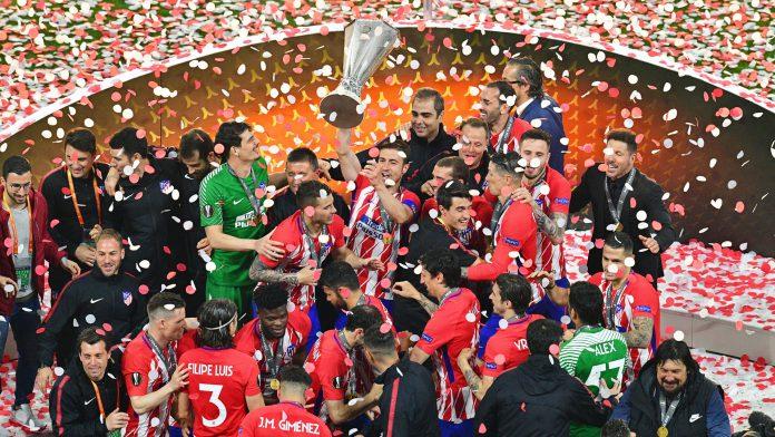 Gabi levanta la copa para celebrar con sus compañeros el título de campeones de la Europa League ayer, miércoles 16 de mayo de 2018, al vencer 3-0 en la final a Olympique Marsella, en Lyon (Francia).