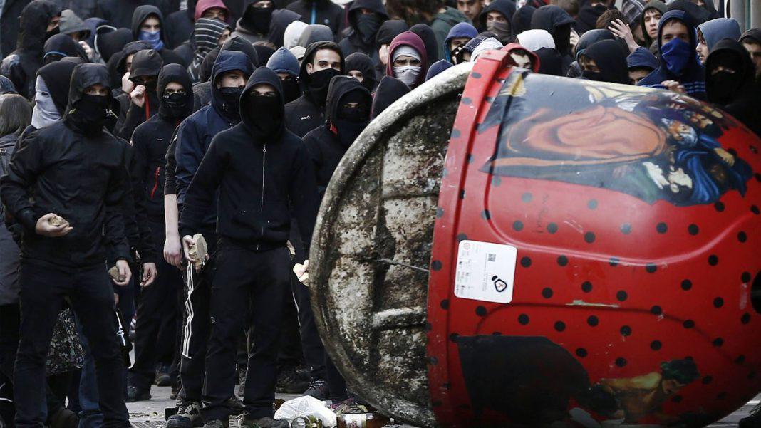 El fiscal pide siete años de prisión para cada uno de los acusados de provocar los disturbios .
