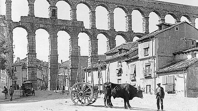 IPCE. Archivo Otto Wunderlich. Acueducto desde abajo. 1926. WUN-06963.