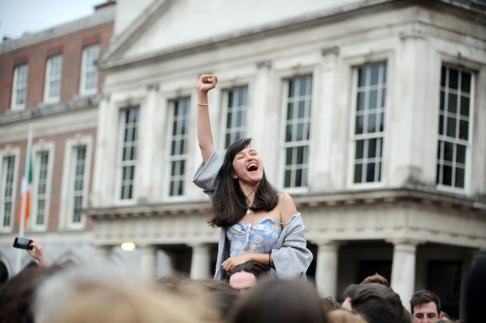 Irlandeses celebrando el resultado del referendum a favor de la derogación de la ley antiabortista.