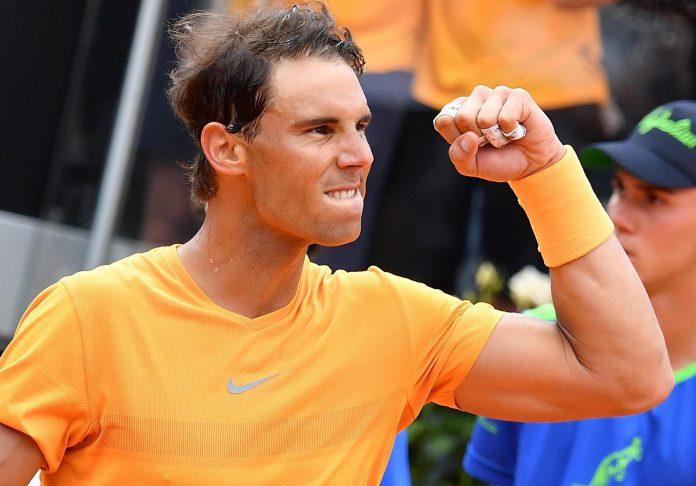 El tenista español Rafael Nadal celebra su victoria ante el bosnio Damir Dzumhur en su encuentro de ayer en Roma.