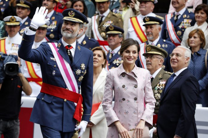 Los reyes Felipe y Letizia, y el presidente de La Rioja, José Ignacio Ceniceros (d) durante el acto central del Día de las Fuerzas Armadas que se celebra en Logroño, con un desfile en el que participan 2.678 militares y guardias civiles, con 137 vehículos y 54 aviones y helicópteros.
