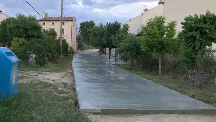Calle que se está pavimentando en Tanarro. / E.A.