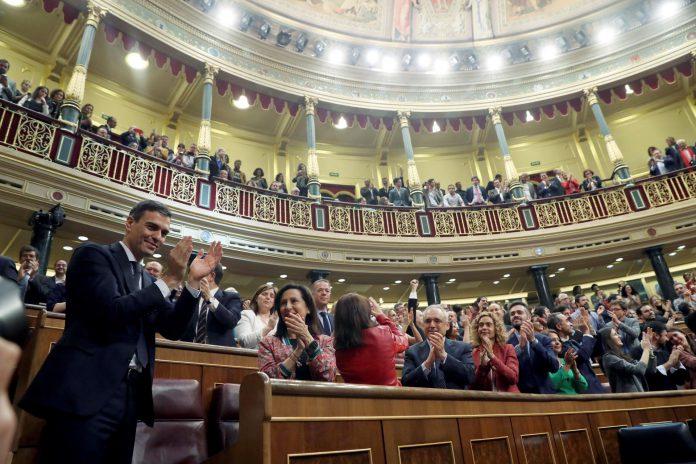El secretario general del PSOE Pedro Sánchez, saluda al hemiciclo del Congreso, tras el debate de la moción de censura presentada por su partido.