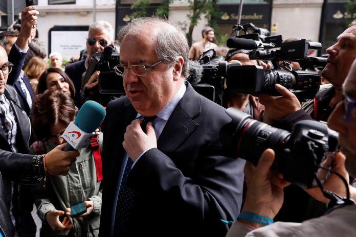 El presidente de la Junta de Castilla y León, Juan Vicente Herrera, atiende a los medios de comunicación.