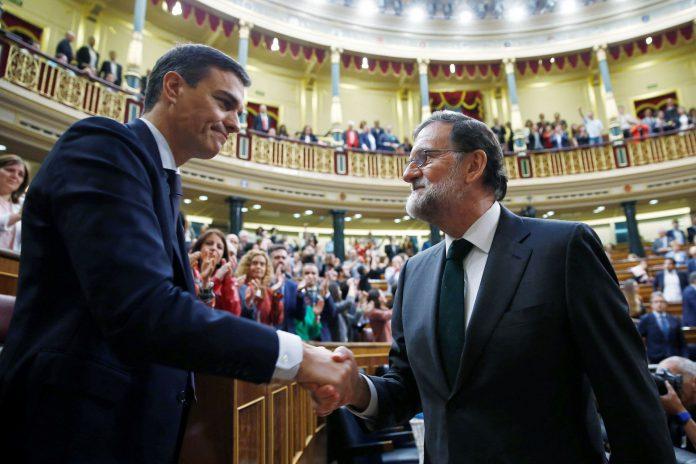 El exmandatario Mariano Rajoy felicita al recién investido presidente del Gobierno, el socialista Pedro Sánchez.