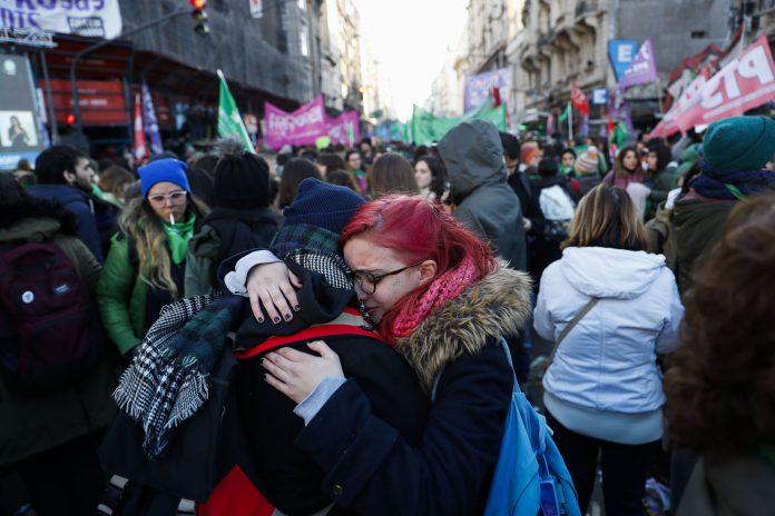 Miles de personas se concentraron frente al Congreso argentino para seguir la votación de despenalización del aborto.