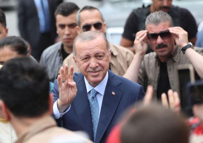 El presidente de Turquía, Recep Tayyip Erdogan, acude a las urnas durante los comicios del país otomano.