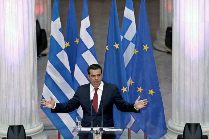 El primer ministro griego, Alexis Tsipras, durante una rueda de prensa ante los medios.