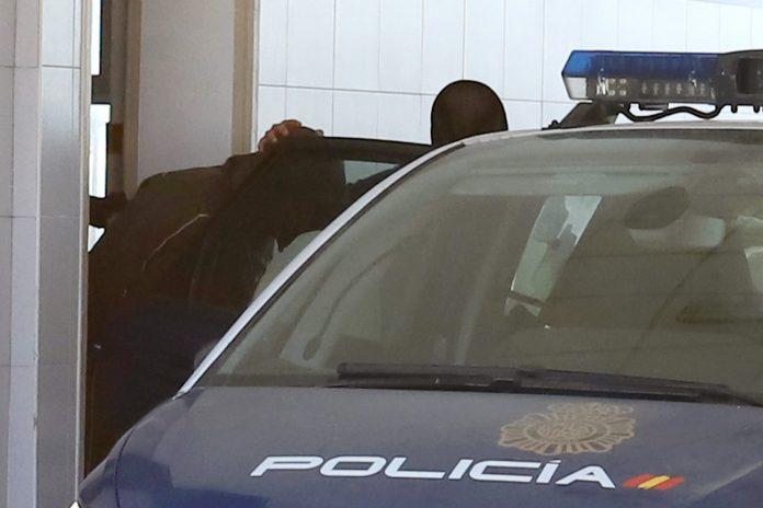 Momento en el que Antonio Tejón, líder de Los Castañas, es trasladado a los juzgados en un coche de la Policía Nacional.