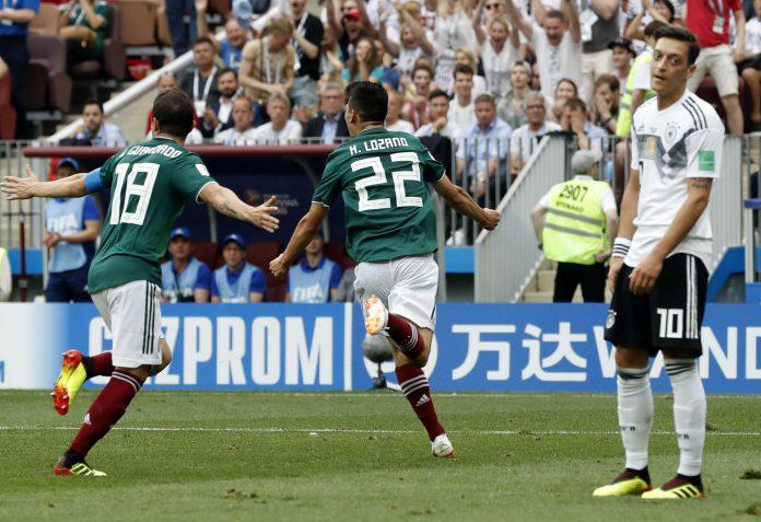 El jugador mexicano Hirving Lozano celebra el tanto anotado contra Alemania ante la atónita mirada de Özil.
