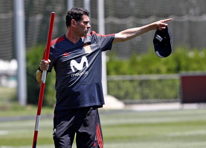 Fernando Hierro da instrucciones durante un entrenamiento de España previo a la disputa de tercer partido del Mundial, ante Marruecos.