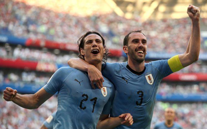 Godín celebra con Cavani el tercer gol de Uruguay ante Rusia.