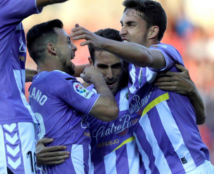 Kiko Olivas celebra con sus compañeros el primer gol del Valladolid.