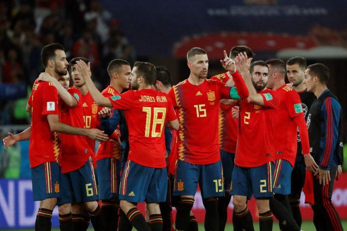 Los jugadores de España celebran el empate ante Marruecos, que daba a los de Fernando Hierro el pase a octavos como líderes del grupo B.