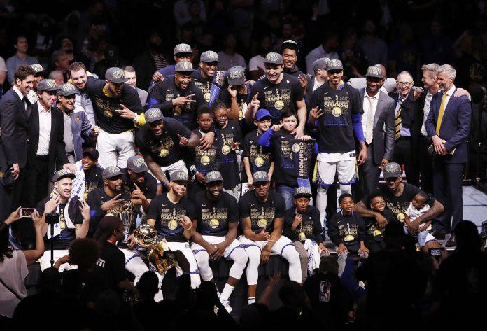 La plantilla y cuerpo técnico de los Golden State Warriors festeja con el título Larry O'Brien tras imponerse en el cuarto partido de las Finales de la NBA.