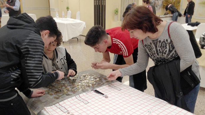Varios estudiantes segovianos jugando con monedas. / E.A.