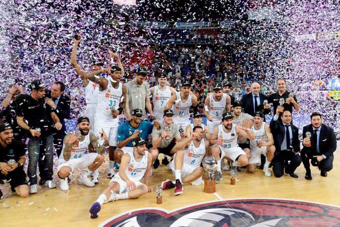Los jugadores del Real Madrid celebran su título de Liga Endesa.