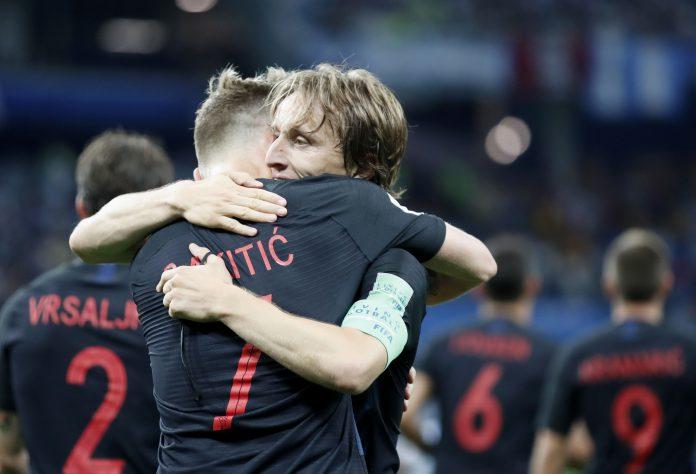 Modric y Rakitic, dos pilares de Croacia, se abrazan tras golear a Argentina.