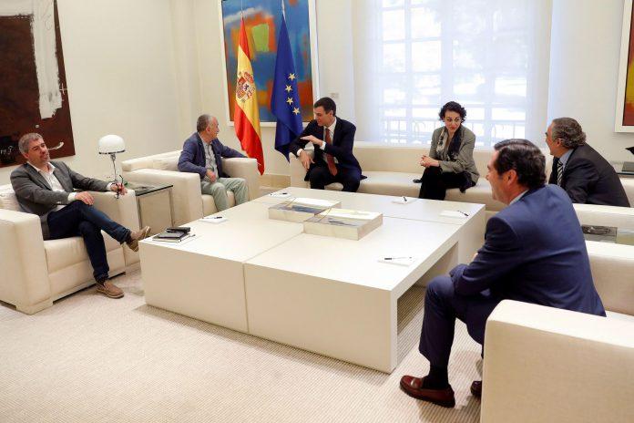 Pedro Sánchez (3i) junto a la ministra de Trabajo, los representantes de la patronal y los líderes de CCOO y UGT durante la reunión en Moncloa.