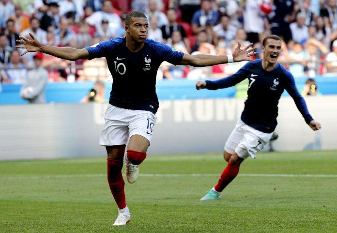 Mbappé, de 19 años, celebra uno de sus dos goles ante Argentina.