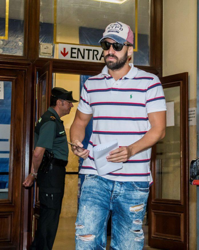 Antonio Manuel Guerrero a su salida de los juzgados tras firmar.