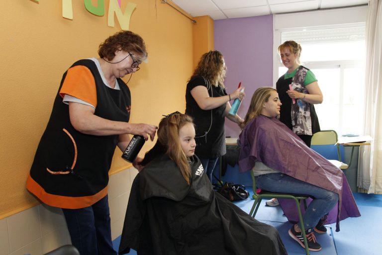 Galería fotográfica de la donación de pelo en el CEIP Elena Fortun