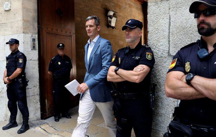Iñaki Urdangarín a su salida de la Audiencia de Palma donde asistió para recibir su orden de ingreso en prisión.